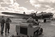 B-17 en exposition statique à Duxford avec les membres de l'équipage