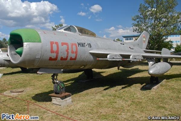 Mikoyan-Gurevich MiG-19 PM Farmer D (Bulgaria - Air Force)