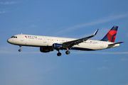 Airbus A321-211 (SL) (N302DN)