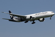 Boeing 777-319/ER (ZK-OKS)