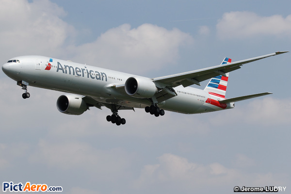 Boeing 777-323/ER (American Airlines)
